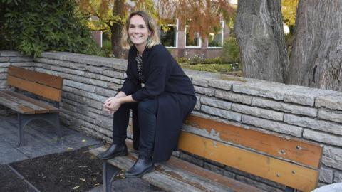 Johanna Lundin arbetar med synliggörandet av normer, bland annat heteronormer.           Hon berättar att endast 17 procent väljer att komma ut på sin arbetsplats.  Bild: Jessica L Forsling