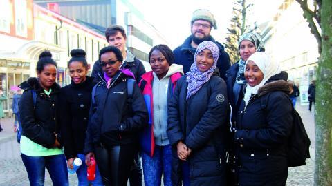 Jag kom hit med drömmen om att få utbilda mig och arbeta som engelsklärare här i Sverige, säger Ranya Omar, tvåa från vänster. På bilden syns också Salamadet, Sarah, Riham, Alice, Ban och Kidist tillsammans med ledarna Alfred och Frank Jonelid. Bild: Anna-Stina Stenbäck