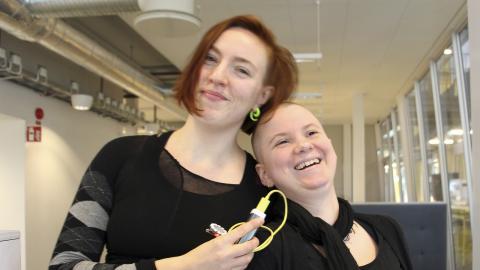 Programmerarna Emma Lilliestam och Ester Daniel Ytterbrink  brinner båda för sina yrken, men brottas med att branschen är mansdominerad. Nu arrangerar de en konferens för kvinnor och transpersoner.   Bild: Jenny Wickberg