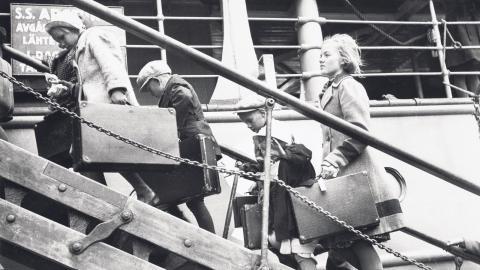 Finska krigsbarn går ombord på fartyget Arcturus i Åbo 9 juni 1941 för transport till Sverige.  Bild: Finlands Sjöhistoriska museums bildsamling, Museiverket Finland.