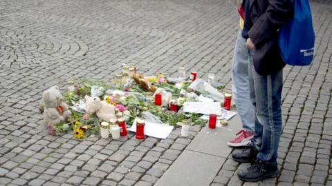 Med blommor, dikter och nallebjörnar skapade Anders Westgerd och organisationen Gil en fiktiv mordplats på Järntorget i september för att uppmärksamma problemen med kullerstenar. Foto: Lucas De Vivo