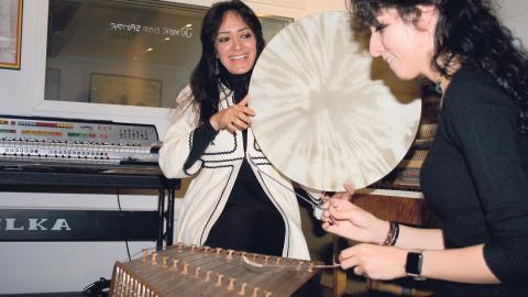Shekufeh Pariab på daf ackompanjerar Mahsa Sorbi på santur. De är gästartister till The Great Refugees Orchestra som spelar på Centralstationen och Stallet i Stockholm den 11 november.   Bild: Stina Lagerkvist