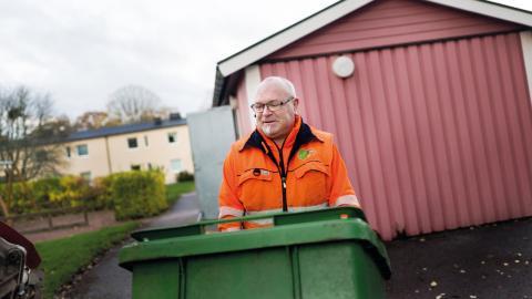 """Johan Hagander har kört sopbil i 20 år.""""Vi kör i princip alltid samma lastbil, då har man full koll på hur sopbilen mår""""."""