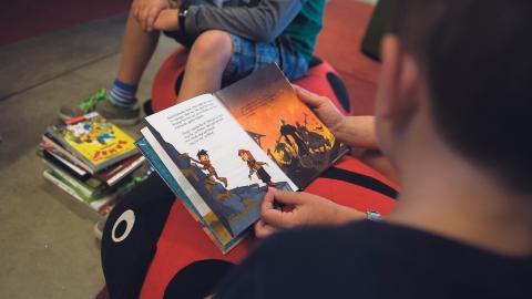 Mörkret gör inomhuskvällarna långa. Varför inte passa på att fylla dem med högläsning för ett barn nära dig? Bild: Vilhelm Stokstad