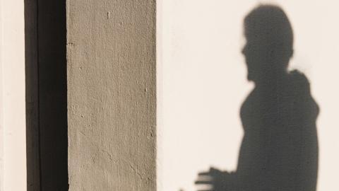 Många våldsutsatta kvinnor tvingas till ett liv i skuggan, att aldrig känna sig riktigt säker. Bild: BO LOSTAD