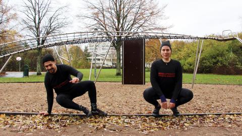 Revolutionary fitness har sina träningspass på utegym och lekplatser. En klätterställning kan användas för armträning och kanten till en sandlåda är bra för balansövningar.  Bild: Jenny Wickberg