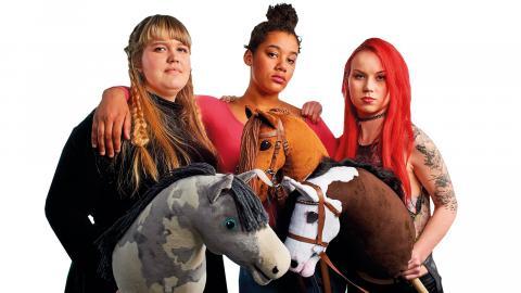 Hobbyhorse Revolution är öppningsfilm på årets upplaga av UEFF – Umeå europeiska filmfestival. Publiken får följa tonåringarna Alisa, Elsa och Aisku, när de försöker hitta sin plats i tillvaron med hjälp av sin hobby och gemenskapen i gänget.   Bild: Press