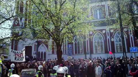 Motdemontranter samlades utanför Sofiakyrkan innan demonstrationen. Under två timmar ringde kyrkans klockor som en varning för fara.  Bild: Björn Larsson Rosvall/TT