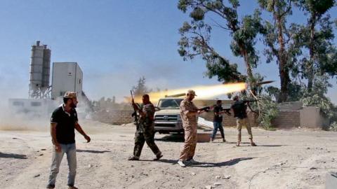 Många sänds till träningsläger i Libyen där de får militär utbildning av ärrade al-Qaida-soldater. På bilden syns islamist-krigare i strider om Tripolis flygplats.  Bild: TT/AP