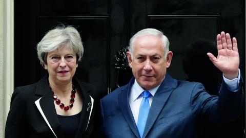 Premiärminister May tänker fira Balfourdeklarationens 100 år tillsammans med Netanyahu.  Bild: AP/TT