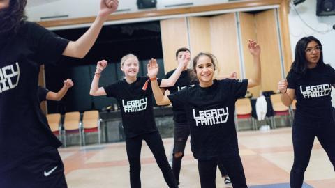 """Leia Björndal Lundström, 11 år (till vänster) och Alicia Carrizo Cruz, 11 år (i mitten) har huvudrollerna som syskonen i """"Nötknäpparen"""".  Bild: Karoline Montero Araya"""