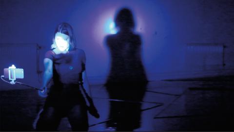 """""""Lite dans, lite sång, mycket fet musik och både sexig och dovt suggestiv stämning."""" Så beskriver Ofelia Jarl Ortega dansföreställningen """"Forever"""".  Bild: Milja Rossi"""