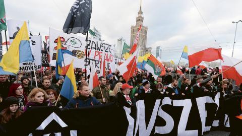 Marschen i Warszawa i lördags för att fira Polens självständighetsdag samlade 60000 nationalister, högerextremister och fascister.  Bild: Czarek Sokolowski/AP
