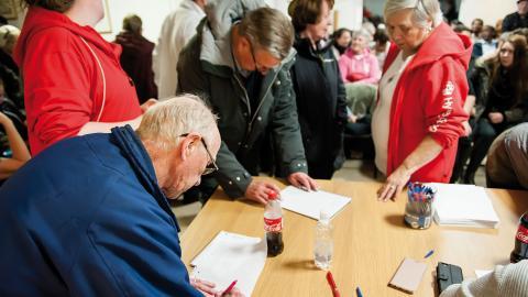 Hyresgästföreningens möte i Rannebergen samlade så många upprörda hyresgäster att mötet blev kortlivat eftersom lokalen var för liten. Ikväll gör de ett nytt försök i större lokaler. Foto: Martin Spaak