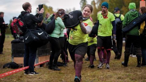 Nina Johansson hoppar över ett hinder på Toughest och får göra en straffrunda istället, bärandes på en 20 kilo tung sandsäck. Bild: Jonatan Stålhös