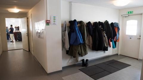 Många unga skyr Migrationsverkets vuxenboenden – det har bland annat skett övergrepp på boendena, som ofta saknar personal nattetid.   Bild: Fredrik Sandberg/TT