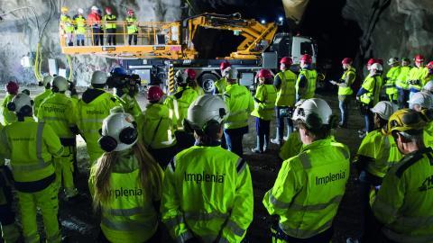 """Tunnelarbetare i Vinsta utanför Stockholm genomför en """"Stand down"""", en manifestation där arbetet stannar av, för att uppmärksamma arbetsmiljöfrågor och minska olyckstalen.  Bild: Fredrik Sandberg/TT"""