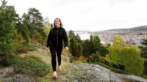 Socialsekreteraren Hanna Salomonsson jobbar  antingen 8–15 eller 10–17. Det ger henne tid att reflektera över de svåra beslut hon tar på jobbet under långa promenader. – Jag vaknar inte på nätterna längre och funderar på om jag gjort rätt, säger hon. Bild: Therese Nyh