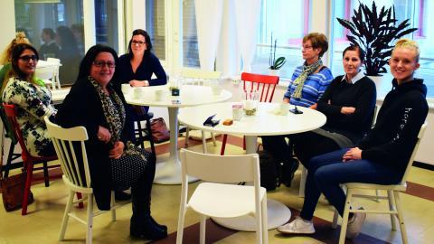 Inga ämnen är för små när kvinnor i olika åldrar och av olika ursprung träffas för att samtala på Tehuset.  Bild: Jessica Forsling