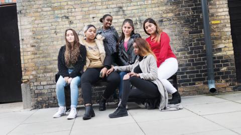 Tjejerna har skrivit låten, koreograferat dansen och producerat musikvideon. Allt med hjälp av pedagoger. Fr v: Daniella Ecer, 17 år, Ernestine Niyonzima, 20 år, Kosar Ali Hassan,  18 år, Julissa Cedeno, 19 år, Iman Fahmi, 16 år,  Mishel Cedeno, 23 år. Bild: Karoline Montero Araya