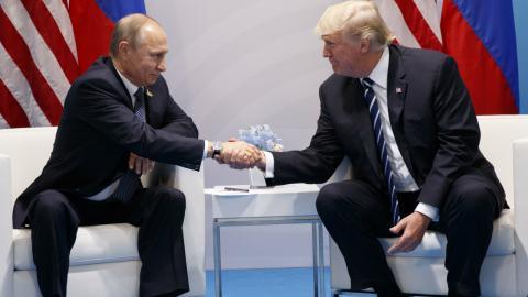 Rysslands president Vladimir Putin skakar hand med amerikanske presidenten Donald Trump. Bild: Evan Vucci/AP