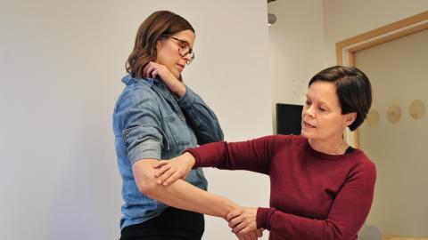 Behandlingssjuksköterskorna Erica Centervad och Pia Hallor undervisar varandra. Bild: Monica Magnusson