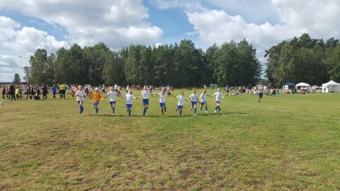 I somras spelade flicklaget i Bullerby Cup i Vimmerby och kom fyra. Att spela i turneringar är nytt för tjejerna.  Bild: Privat