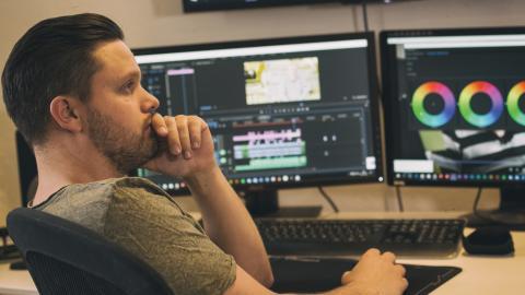 """För tre år sedan bestämde sig Jonas Holmqvist att satsa fullt ut på sitt filmbolag Filmvision. För tillfället arbetar han mest med reklam men drömmen är spelfilm. """" Jag vill berätta historier och skapa stämningar. Jag är inte där än, men ganska nära"""" Bild: Jesper Malmberg"""