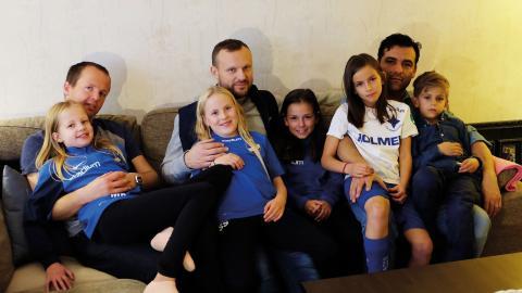 Oskar Karlsson med dottern Myra, Kasper Skuthälla med Sofia, Alba Durán-Lundblad, Rodrigo Duran med Leah och sonen Joann.  Bild: Åke Lindgren