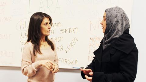 För fyra år sedan flydde Wedad Nasab till Sverige från kriget i Syrien. I dag undervisar hon nyanlända  i svenska.