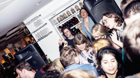 Sverrir Gudnason och Lång-Kalle                   Josephson i dj-båset på indieklubben Vänner & Bekanta. På måndag hålls den traditionella julfesten – för 15:e året i rad.  Bild: Vänner & bekanta