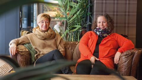 Maria Hammarström och Anna-Karin Warnerud Eriksson driver Barbros barnbarn. I jul hjälper de fattiga pensionärer. Bild: Anna Thors