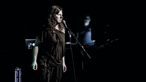 """Alma Kirlics föreställning """"Jag lever med konsekvensen"""" består av tonsatta dikter, där musiken ibland bygger på ljuden i orden. Bild: Patrik Petroff"""