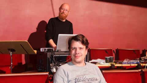 Anders Ortman, längst bak, gjorde regissören Dennis  Sandins musikaliska tankar till verklighet. Barnen från Frostmofjället fick musik med westernkänsla, inspelad av Nordiska Kammarorkestern.  Bild: Mia Berg