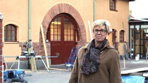 Britten Uhlin framför gamla spruthuset där personalen kommer att ha sina arbetslokaler och samtalsrum.  Bild: Rose-Marie Fasth