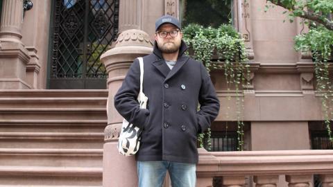 """Daniel Svanberg framför huset på 41 E 72nd street som spelar en viktig roll i """"Gruvdamen"""". """"Jag har passerat huset så många gånger och lagt märke till det. Det var en självklarhet att det skulle vara med i boken"""", säger han.   Bild: Maria Eremo"""