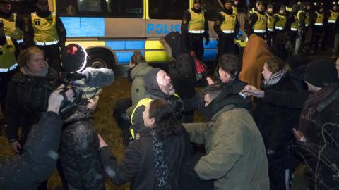 Polisen pepparsprayar en person som demonstrerar mot tvångsdeportationerna utanför Migrationsverkets förvarsenhet för flyktingar i Åstorp. Bild: Johan Nilsson/TT