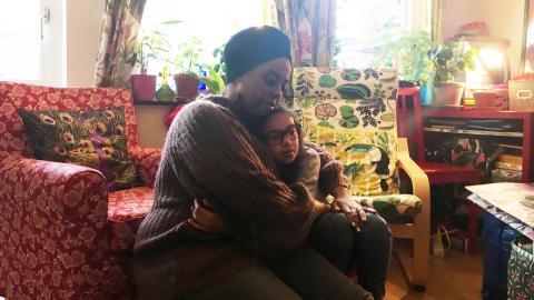 """Amanda Persson Yonas blev utskälld och avkastad i innerstan när det visade sig att hon hade förlorat sitt SL-kort tillsammans                med sin mobiltelefon. """"Jag blev förvånad och chockad"""", säger mamma Dinah Yonas Manna.  Bild: Linnea Nilsson"""