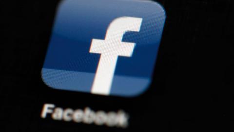 """""""Plötsligt var den där, den nya regeln i avsnitt 4.6 i Facebooks redogörelse för rättigheter och skyldigheter. 'Dömda sexualförbrytare får inte ha Facebook.' En gång dom, alltid dom,"""" skriver debattören.  Foto: Matt Rourke / TT"""