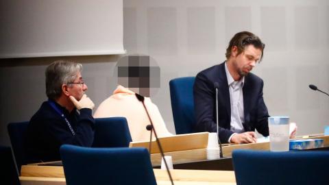En av de misstänkta under häktningsförhandlingarna i Göteborgs tingsrätt. Foto: Thomas Johansson / TT