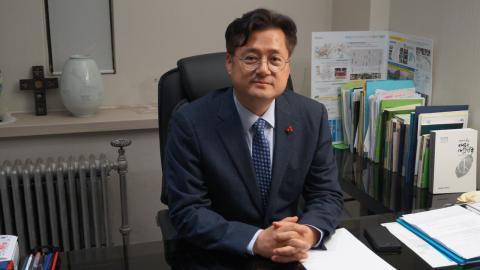 Hong Ihk-pyo är tung politiker inom Demokratiska partiet. Han står för en dialog med Nordkorea och minskning av krigsrisken. Bild: Gunnar Wesslén