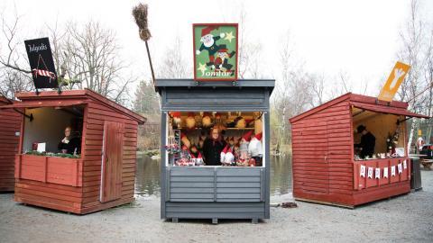 I år fick tomtarna flytta in i en nybyggd marknadsbod. Bild: Elin West