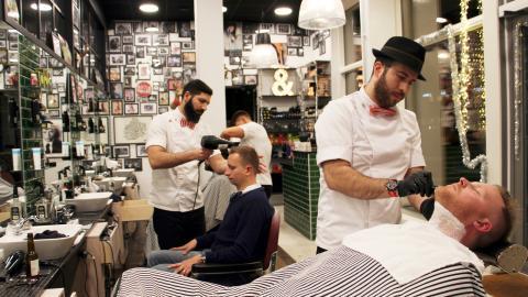 Barberarsalongerna har fullt upp inför julen. Med skäggmodet har många män fått en förnyat intresse för att göra sig fina inför helgerna.  Bild: Jenny Wickberg