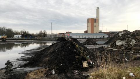Här pågår redan en sanering där Inre hamnen ska växa fram. Det är Kolkajen som görs ren från föroreningar. Den saneringen är inte alls lika omfattande som den som väntar i vår när den betydligt giftigare gasverkstomten ska åtgärdas.  Bild: Marianne Odeli