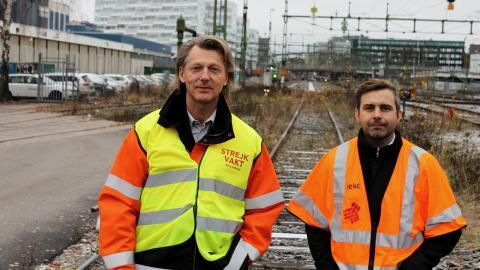 """Johnny Naderus, fackligt politiskt ansvarig på Sekos banklubb i Stockholm, och  Alexander Koliopanos, vice ordförande för banklubben. """"Jag förstår att folk är förbannade över att tågen inte kommer. Sedan avregleringen åker jag inte tåg själv längre"""" Bild: Jörgen Lund"""