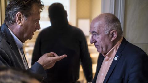 Moderaternas kommunalråd Peter Jutterström i samtal med Sotiris Delis när Moderaterna samlades på Rosenlunds herrgård i september. Bild: Daniel Johansson