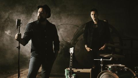 Hardy Hum och Kenny Lundström jobbar just nu med parets andra gemensamma skiva. Texterna är viktiga och det autentiska ljudet.   Bild: Björn Dahlgren