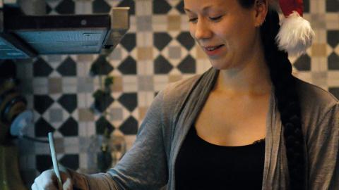 """Rebecca Nygren menar att det är roligare att experimentera med mat sedan hon blivit vegan. Nu försöker hon hitta spännande substitut till olika maträtter. """"Det är kul när man hittar något som är likt det traditionella"""", säger hon.  Bild: Joni Nykänen"""