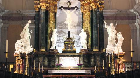 Totalt har över 500 personer varit involverade i renoveringen av kyrkan – bland annat målare, stenhuggare med kunskaper från medeltiden och flera konservatorer. En av de första sakerna som gjordes inför renoveringen var att isolera altaret. BILD LISA PERSSON