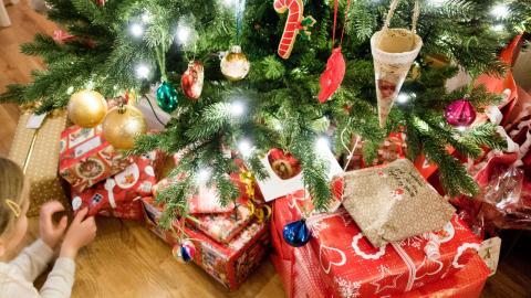 """""""Skuld och ångest över frosseri och konsumtionshets. I drivorna av presentpapper och dignande julbord, utarbetade och sönderstressade, möter vi baksidan av julmyset"""", skriver Laila Vianden. Foto: Gorm Kalletad / TT / NTB"""